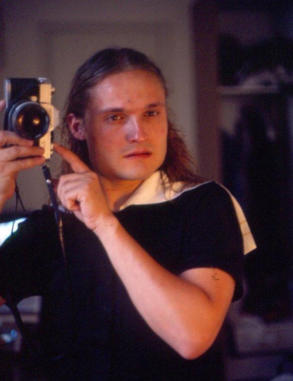 Александр Васильев с длинными волосами