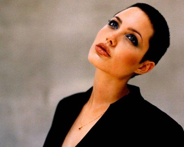 Анджелина Джоли с короткими волосами