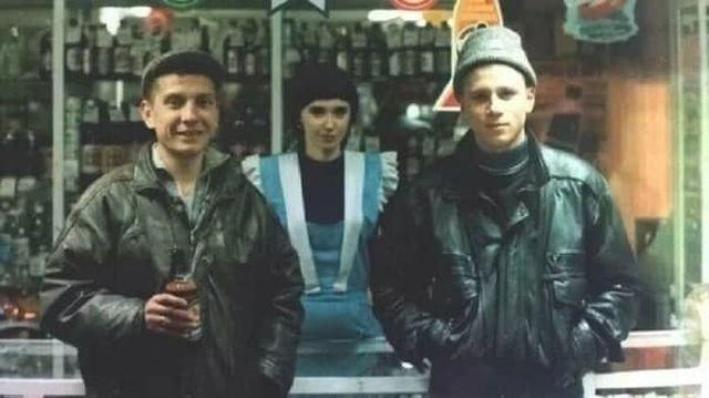 Продавщица и клиенты магазина, 90-е