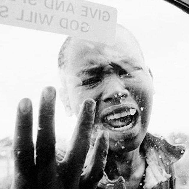Мальчик, который просит помощи во время жестокого геноцида в Руанде, 1994 год.
