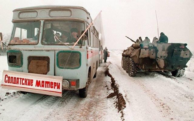 Автобус с матерями военнослужащих, направляющийся в Грозный, 1996 год.