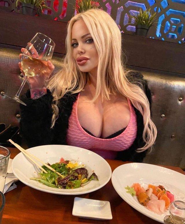 Сабрина Саброк: учительница из США сделала 50 разных операций, став моделью Playboy
