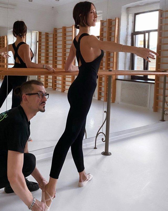 Матильда Шнурова в черном костюме занимается балетом