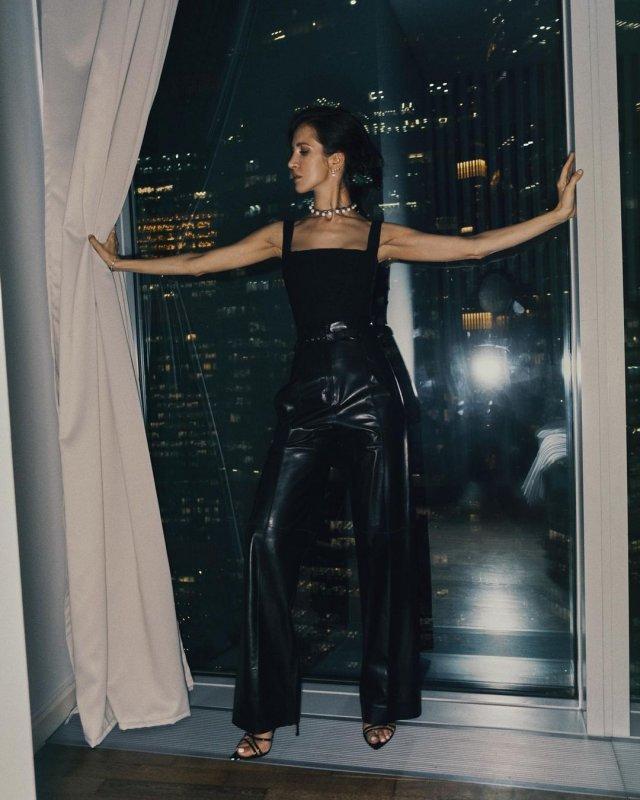 Матильда Шнурова в черном латексном костюме