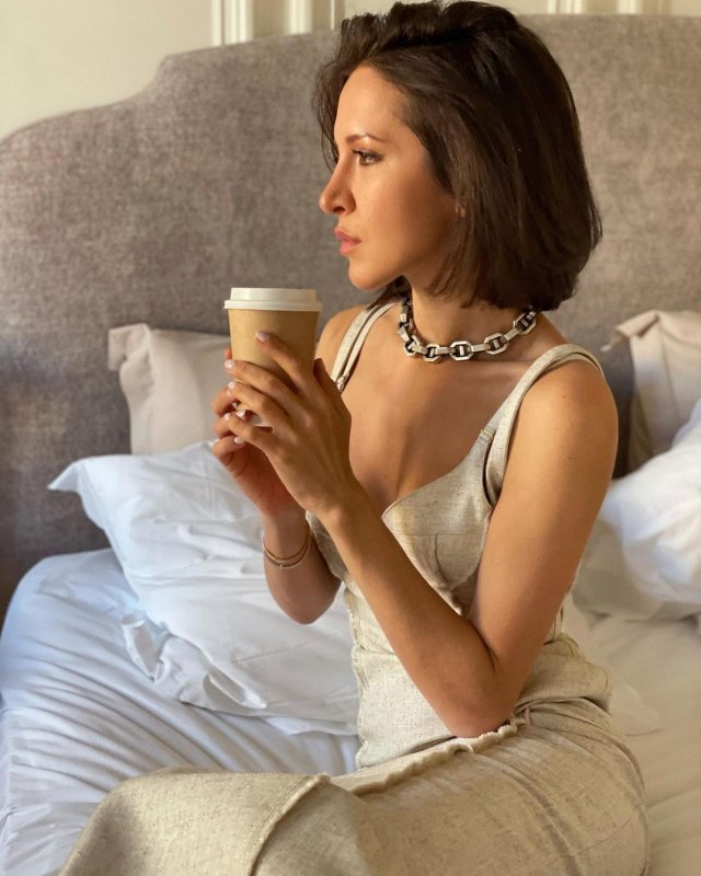 Матильда Шнурова в белом платье пьет кофе