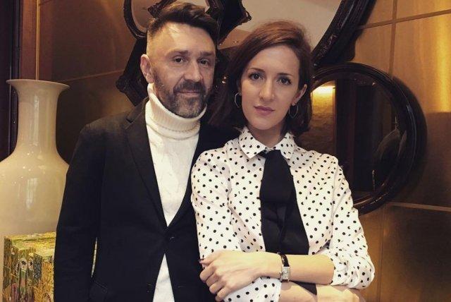 Сергей Шнуров в черном костюме и белой водолазке и Матильда Шнурова в кофте в горошек