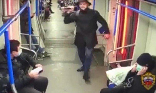 Бродячий музыкант избил и обрызгал перцовкой пассажира, который попросил его не фальшивить