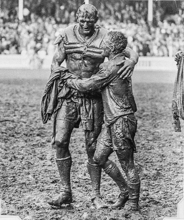 Финал по регби. Капитаны команд-противников Норм Прован и Артур Саммонс обнимаются после матча, 1963 год.