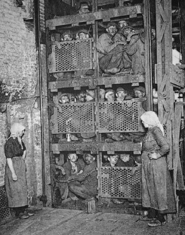 Бельгийские шахтеры спускаются с помощью лифта в шахту, 1900 год
