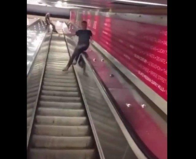 Два способа спуститься на эскалаторе: удачный и не очень