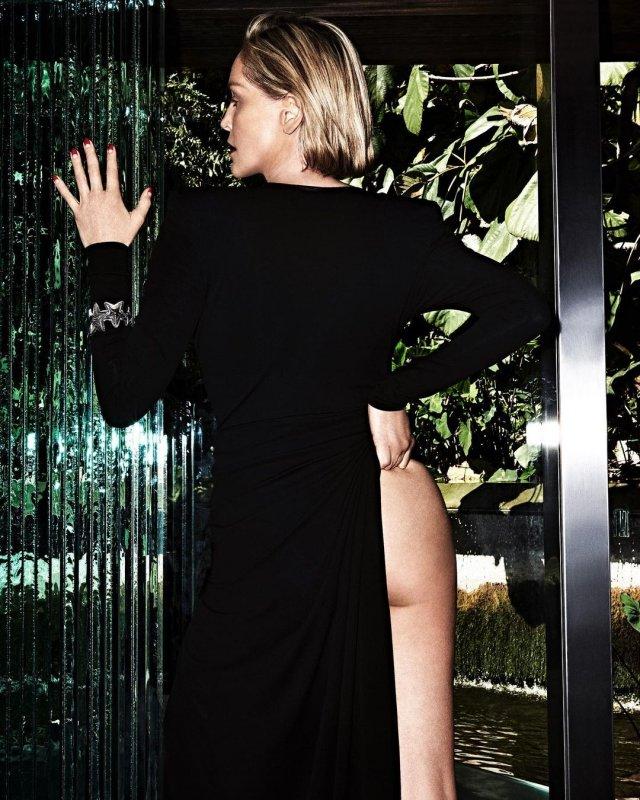 """Звезда фильма """"Основной инстинкт"""" Шэрон Стоун показывает ягодицу под черным платьем"""