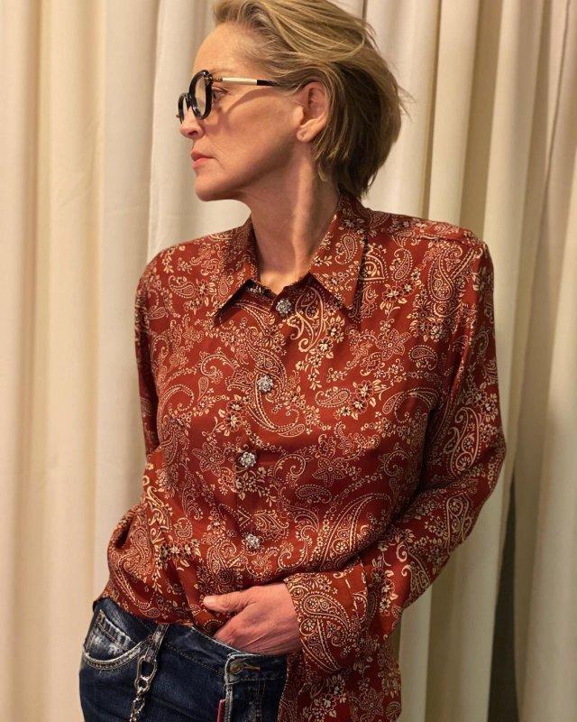 """Звезда фильма """"Основной инстинкт"""" Шэрон Стоун в красной рубашке"""