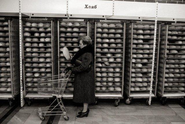 В хлебном отделе продуктового магазина, София, 1985 год.