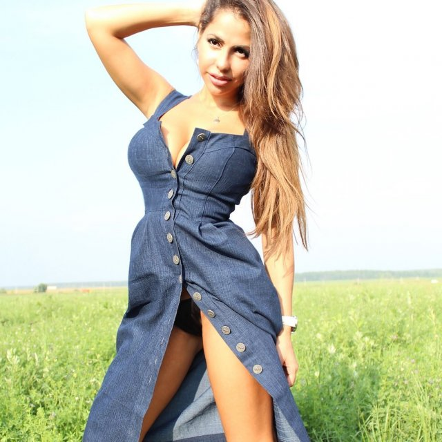 """Экс-звезда """"ДОМ-2"""" Елена Беркова в джинсовом платье"""