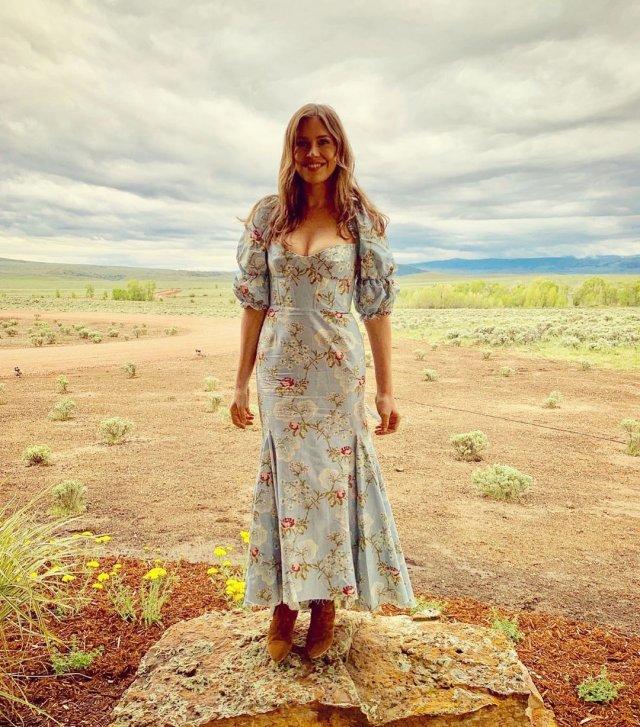 Дарья Жукова в платье в саванне