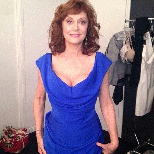 Актриса Сьюзан Сарандон в синем платье с вырезом