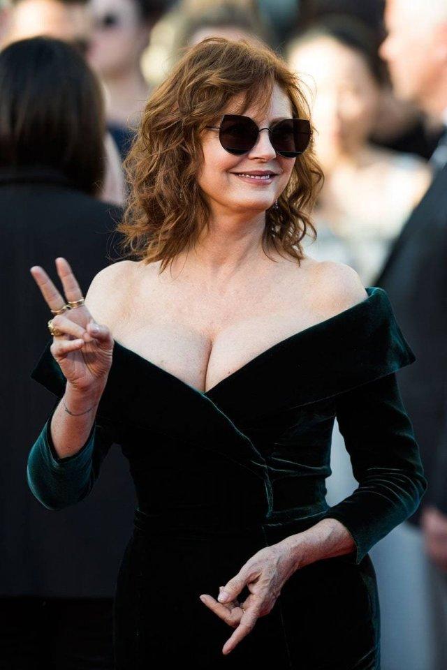 Актриса Сьюзан Сарандон в черном платье с декольте и открытыми плечами