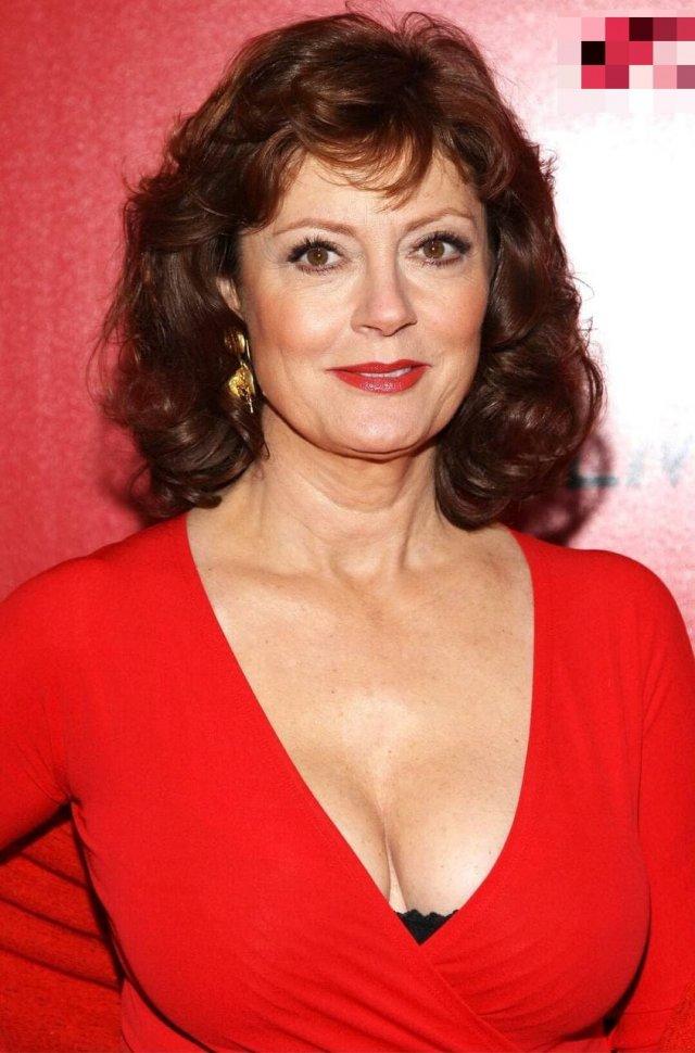 Актриса Сьюзан Сарандон в красном платье с глубоким декольте