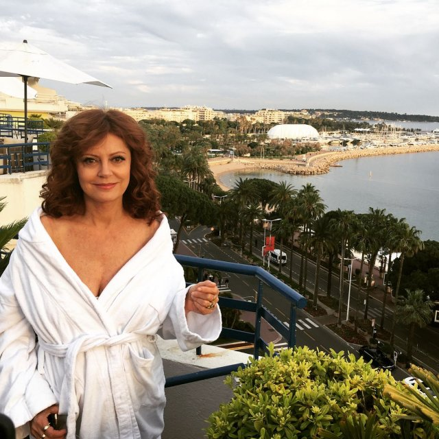 Актриса Сьюзан Сарандон в каннах в белом халате