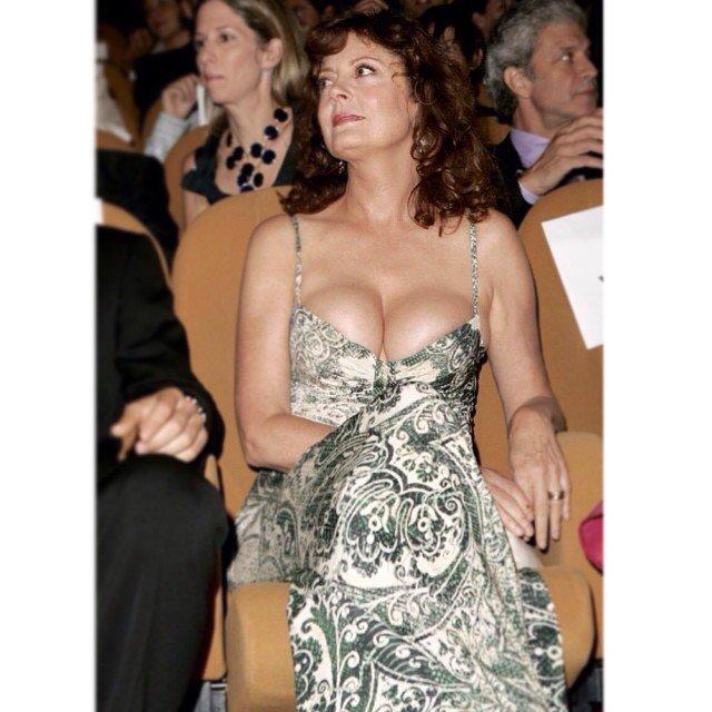 Актриса Сьюзан Сарандон в зеленом платье с глубоким декольте