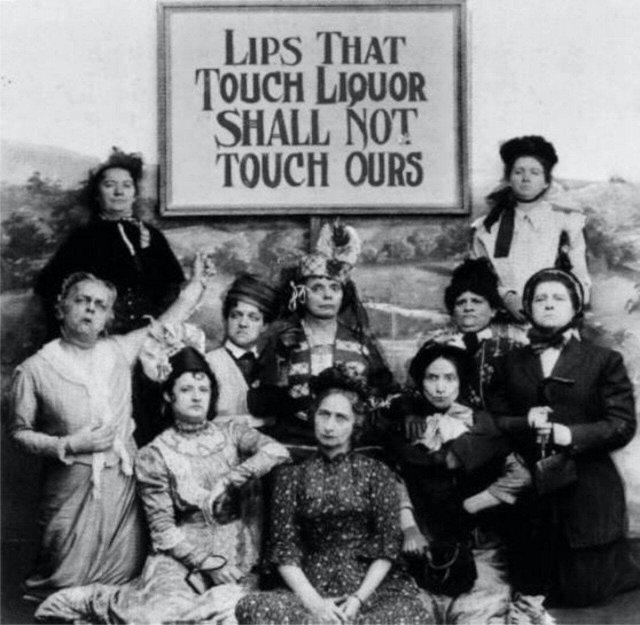 Губы, касающиеся алкоголя, не прикоснутся к нашим губам. Сторонницы запрета на алкоголь. США, 1919 год