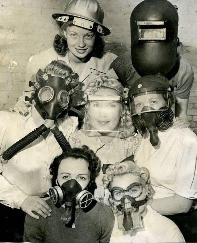 Группа девушек демонстрирует разные типы защитных масок. США, 1940 год.