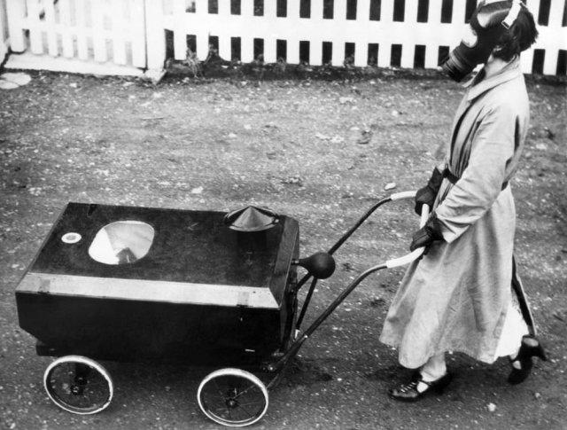 Медсестра перевозит ребёнка в защитной коляске, Лондон 1938 год.