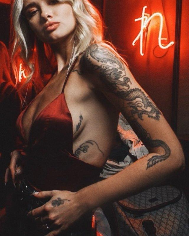 """Участница шоу """"Холостяк"""" Любовь Лишневская в красном платье показывает татуировки"""