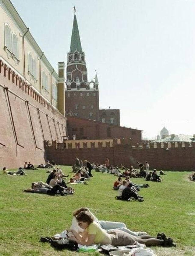 Москвичи отдыхают под стенами Кремля, 1999 год.