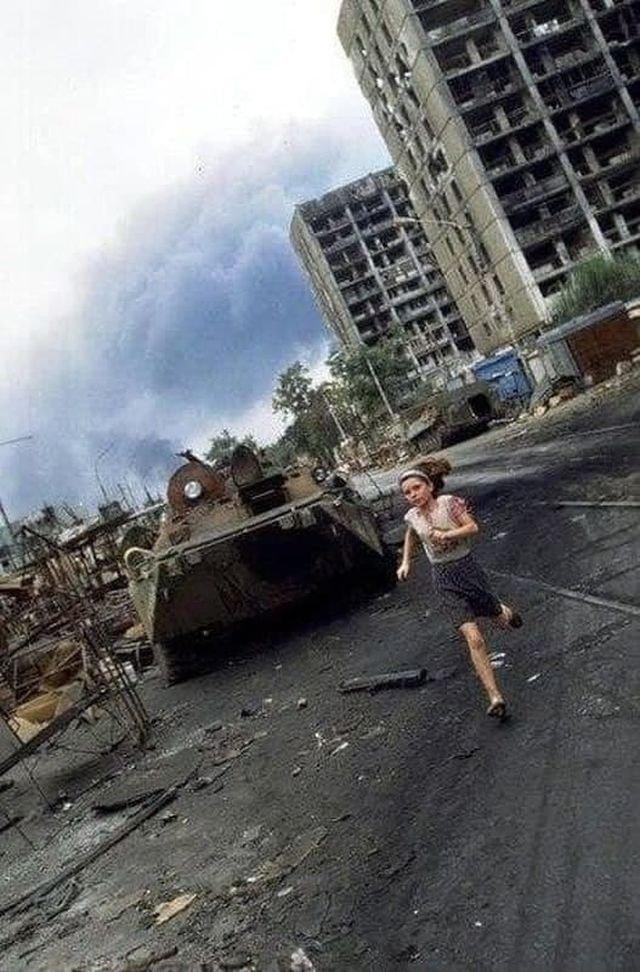 Девочка убегает от начавшегося обстрела. Первая Чеченская война, май 1995 года.