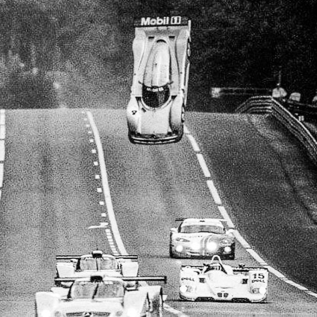 За мгновение до столкновения, летящий CLR–GTR Марка Уэббера во время гонки Ле-Мана, 1999 год.