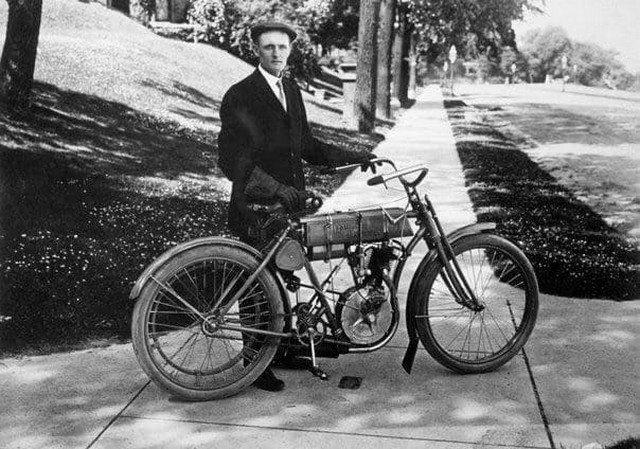 Первый мотоцикл Harley Davidson был сделан в 1903 году, а карбюратор в нем был сделан из банки от томатов.