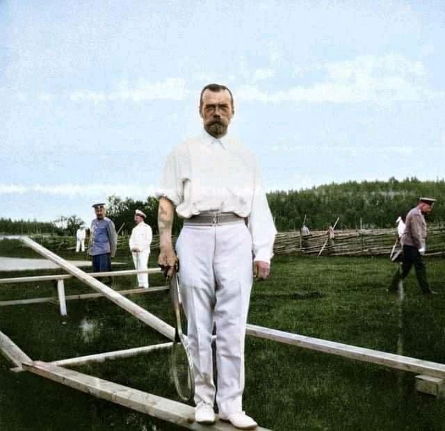 Император Николай II с татуировкой, набитой во время визита в Японию в 1891 году.