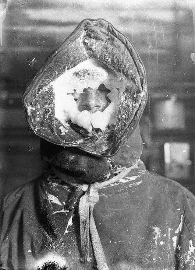Метеоролог после наблюдения за погодой. Антарктида, 1912 год.