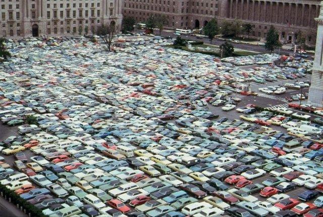 На паркинге в центре города во время забастовки водителей автобусов, Вашингтон, округ Колумбия, май 1974 года.
