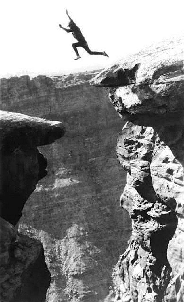 Мужчина прыгает с одного уступа на другой в Гранд-Каньоне, 1900-е.