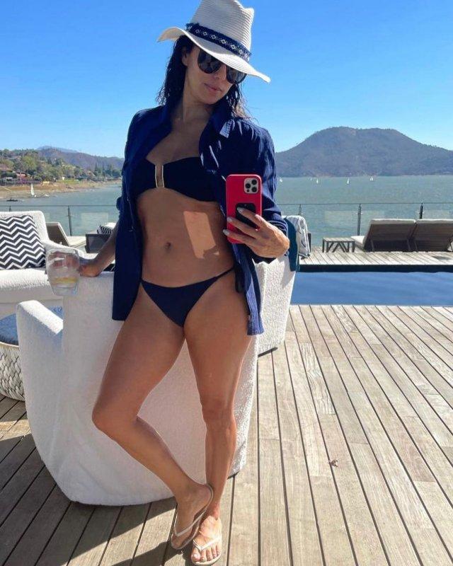 """Ева Лонгория - звезда сериала """"Отчаянные домохозяйки"""" в черном купальнике, синей рубашке и шляпе"""