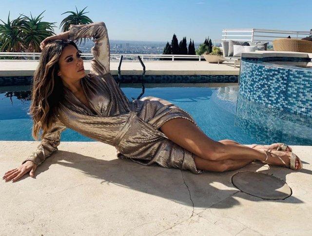 """Ева Лонгория - звезда сериала """"Отчаянные домохозяйки"""" в платье лежит у бассейна"""