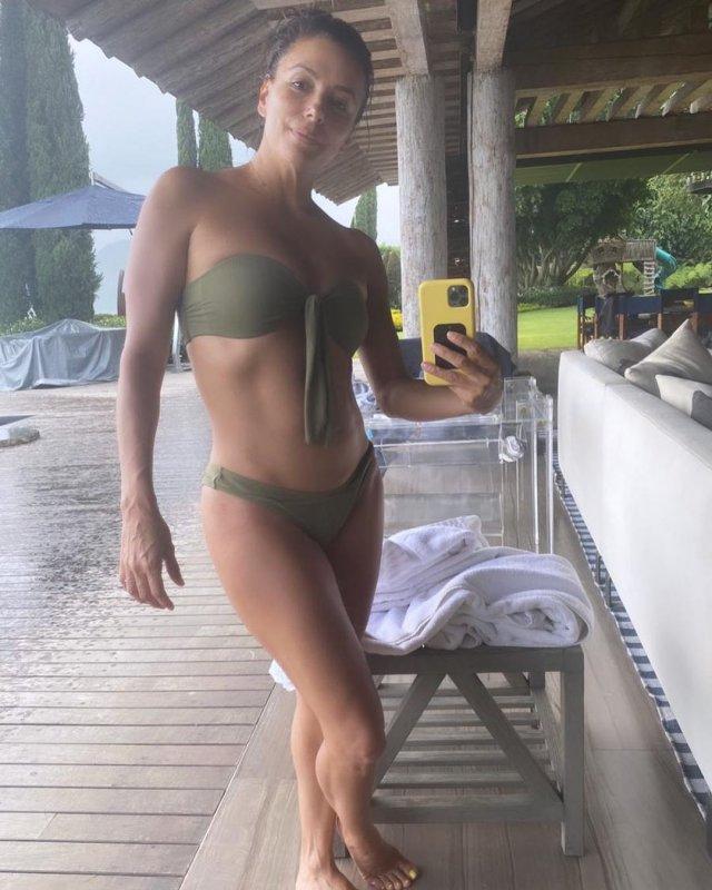 """Ева Лонгория - звезда сериала """"Отчаянные домохозяйки"""" в зеленом купальнике делает селфи"""