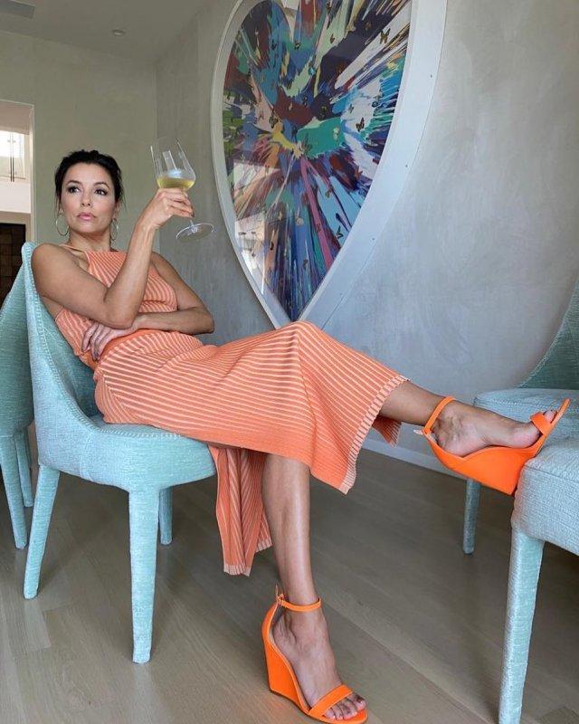 """Ева Лонгория - звезда сериала """"Отчаянные домохозяйки"""" в оранжевом платье и туфлях"""