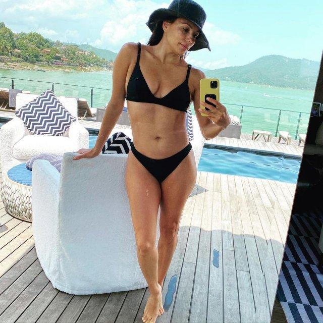 """Ева Лонгория - звезда сериала """"Отчаянные домохозяйки"""" в черном купальнике делает селфи"""