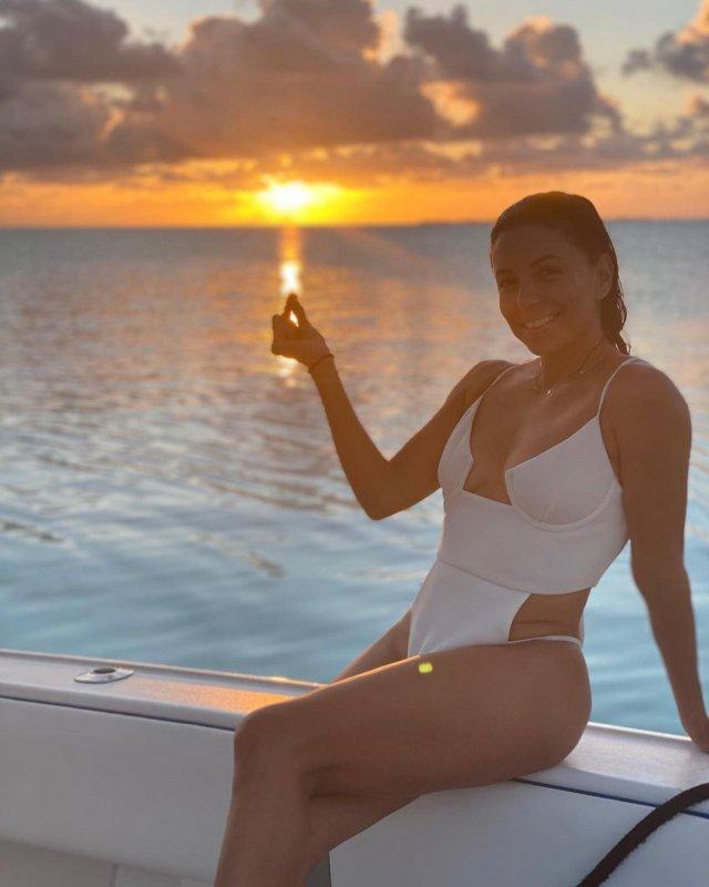 """Ева Лонгория - звезда сериала """"Отчаянные домохозяйки"""" в белом купальнике на фоне заката"""