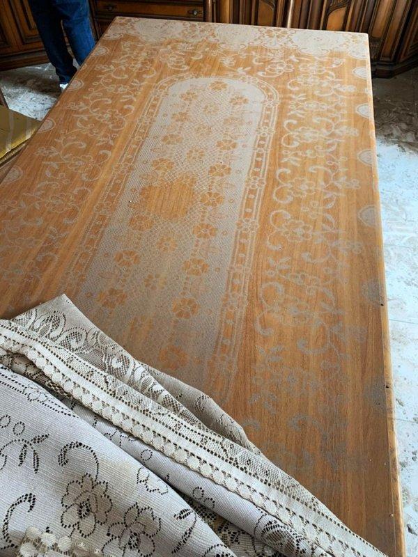 Скатерть оставила пыльный отпечаток на столе