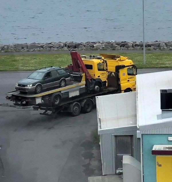 В Рейкьявике эвакуатор сломался во время перевозки автомобиля