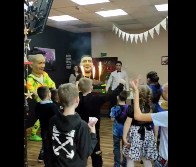 """Странный детский день рождения с участием приглашенных """"звезд"""""""