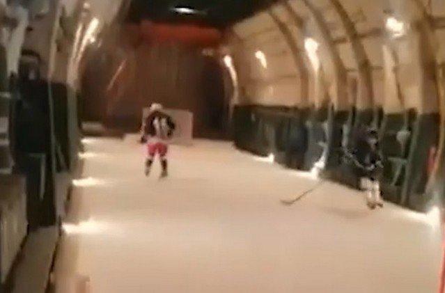 """В Тверской области военные сыграли в хоккей на борту Ан-124 """"Руслан"""""""