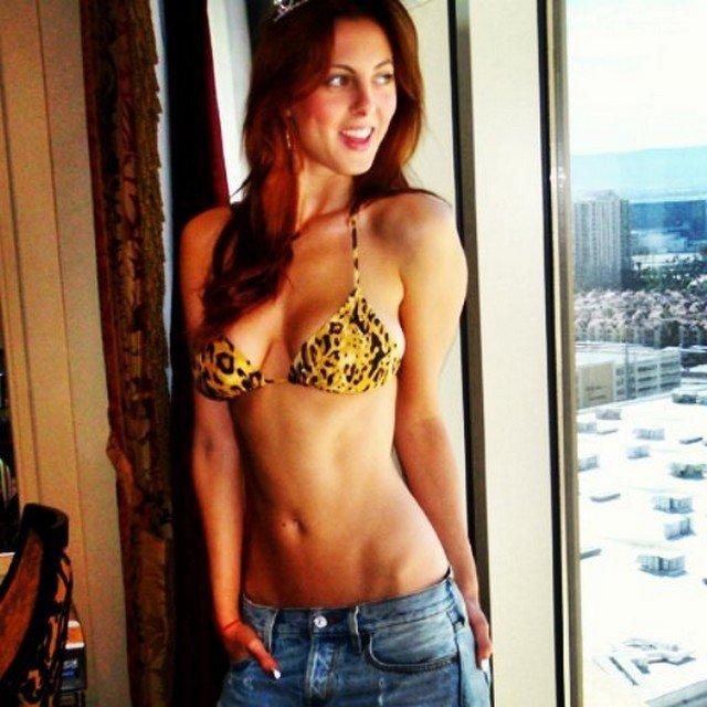 Ева Амурри в леопардовом купальнике