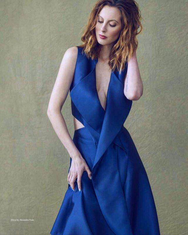 Ева Амурри в синем платье
