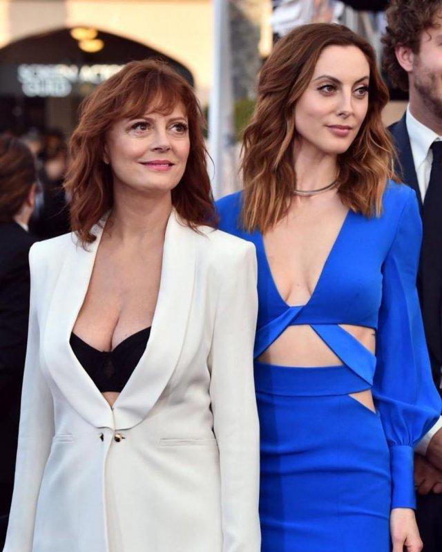 Ева Амурри в синем платье с мамой Сьюзан Сарандон