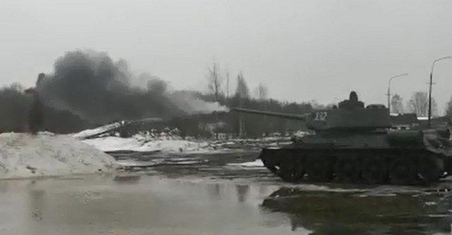 Чучело Масленицы сожгли выстрелом из танка в Красном селе